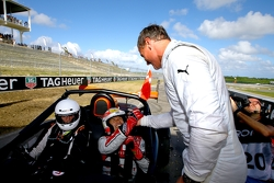 Tom Kristensen félicité par David Coulthard