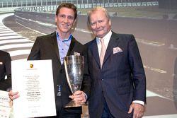 Winnaar van de Porsche Cup 2014: Jaap van Lagen met Wolfgang Porsche