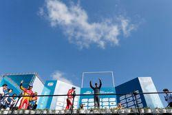 Podium: racewinnaar Sebastien Buemi, e.dams-Renault, tweede plaats Nelson Piquet Jr., China Racing,