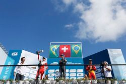 Podium: El ganador Sebastien Buemi, e.dams-Renault, segundo lugar Nelson Piquet Jr., Chena Racing,