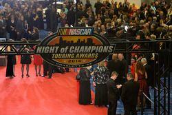 Les spectateurs arrivent au Charlotte Convention Center