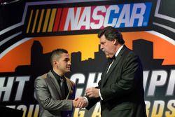 El campeón de NASauto Mexico Series, Abraham Calderon recibe su anillo de campeón del presidente de
