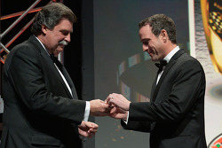纳斯卡加拿大轮胎系列赛冠军Louis-Philippe Dumoulin从纳斯卡主席Mike Helton那里获得一枚冠军戒指