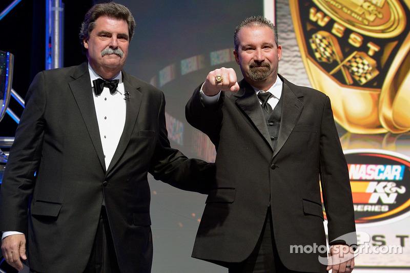 El campeón de NASauto K&N Pro Series West, Greg Pursley recibe su anillo del presidente de NASauto,