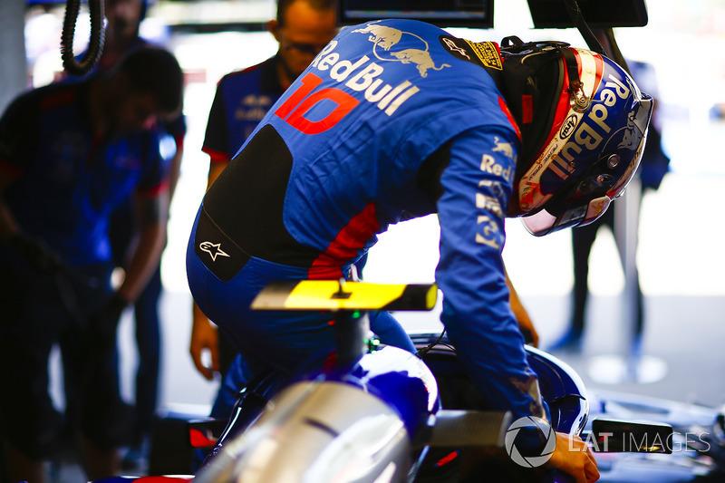 Pierre Gasly, Toro Rosso, entre dans sa voiture