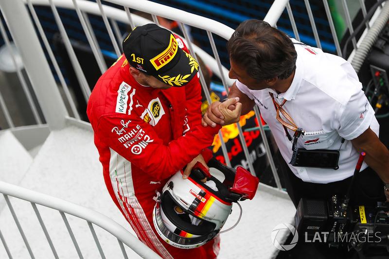 Le vainqueur Sebastian Vettel, Ferrari, fête sa victoire en arrivant sur le podium