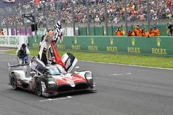 #8 Toyota Gazoo Racing Toyota TS050: Себастьян Буемі, Казукі Накадзіма, Фернандо Алонсо святкують перемогу на трасі