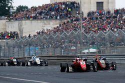 Петру Флореску, Fortec Motorsports, Dallara F317 Mercedes-Benz, и Артем Петров, Van Amersfoort Racing, Dallara F317 Mercedes-Benz