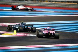 Valtteri Bottas, Mercedes AMG F1 W09, devant Sergio Perez, Force India VJM11