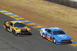 Ryan Blaney, Team Penske, Ford Fusion PPG and Erik Jones, Joe Gibbs Racing, Toyota Camry DeWalt