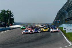 #6 Acura Team Penske Acura DPi, P: Dane Cameron, Juan Pablo Montoya, #7 Acura Team Penske Acura DPi, P: Helio Castroneves, Ricky Taylor, #32 United Autosports Ligier LMP2, P: Phil Hanson, Bruno Senna, Paul Di Resta - Start of Race