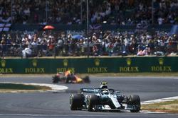 Valtteri Bottas, Mercedes AMG F1 W09, devant Max Verstappen, Red Bull Racing RB14