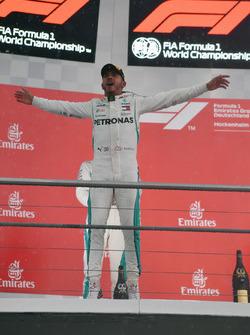 Le vainqueur Lewis Hamilton, Mercedes-AMG F1 sur le podium