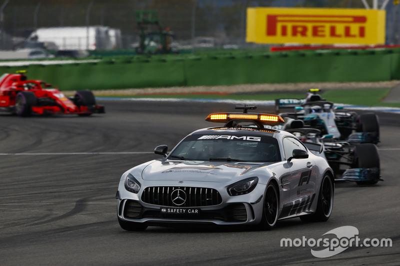 El Safety Car delante de Lewis Hamilton, Mercedes AMG F1 W09, Valtteri Bottas, Mercedes AMG F1 W09, y Kimi Raikkonen, Ferrari SF71H