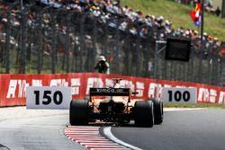 Stoffel Vandoorne, McLaren MCL33 sypie iskrami