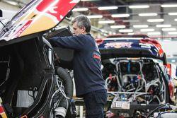 Final preparations on the Peugeot 2008 DKR