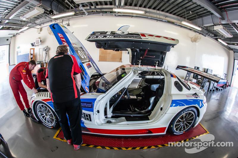 #10 GTRussian Mercedes SLS AMG GT3 sotto controllo tecnico