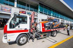 #217 Modena Motorsports Renault X-85 Cup regresa al carril de pits en grúa