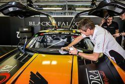 Bernd Schneider cleans windshield while Jeroen Bleekemolen waits in the car