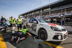 #138 KPM Racing Volkswagen Golf regresa a pits después del accidente