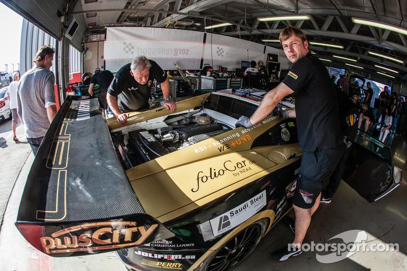#22 Leipert Motorsport Lamborghini Gallardo FL2 didalam pit dengan masalah di mesinnya