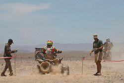 Motocicleta y cuatrimoto en punto de reposte