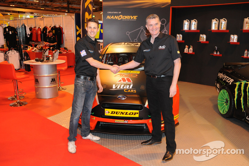 Mike Bushell y el jefe de equipo Shaun Hollamby muestran su AmD Tuneng.com Ford Focus 2015