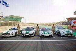 Detalhes de carros de polícias exóticos de Dubai em exposição: a Mercedes AMG SLS, an Audi R8, a McL