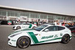 Detalhes de carros de polícias exóticos de Dubai em exposição: a Ferrari FF