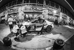Boxenstopp für #28 KPM Racing, Aston Martin Vantage GT3: Paul White, Stefan Mücke, Jonny Adam