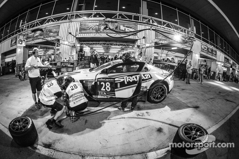 Pit stop for #28 KPM Racing Aston Martin Vantage GT3: Paul White, Stefan Mücke, Jonny Adam