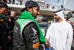Vencedor Abdulaziz Al Faisal celebra com amigo