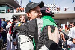 Vencedor Abdulaziz Al Faisal celebra com Thomas Jäger