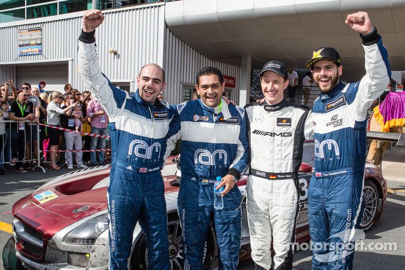 2. Adam Christodoulou, Cheerag Arya, Thomas Jäger und Tom Onslow-Cole feiern