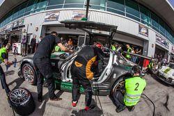 Pitstop voor #2 Black Falcon Mercedes SLS AMG GT3: Abdulaziz Al Faisal, Hubert Haupt, Yelmer Buurman