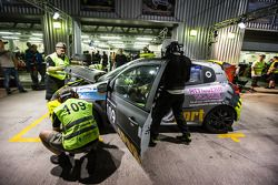 Pitstop voor #109 APO Sport Renault Clio Cup: Alex Osborne, James May, Tim Gabor, Peter Venn, Paul M