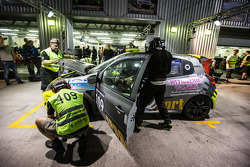 Pit stop para o # 109 APO Desporto Renault Clio Cup: Alex Osborne, James May, Tim Gabor, Peter Venn,