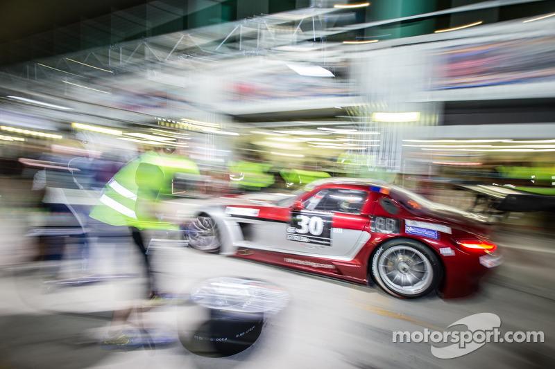 Boxenstopp für #30 Ram Racing, Mercedes SLS AMG GT3: Cheerag Arya, Thomas Jäger, Tom Onslow-Cole, Adam Christodoulou
