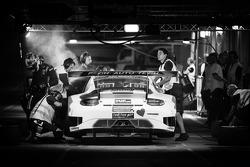 Pits, parada del #11 Fach Auto Tech Porsche 997 GT3 R: Marcel Wagner, Heenz Bruder, Erwen Keller, He