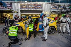 وقفة صيانة للسيارة رقم 135 ريد كاميل-جوردانز إن أل سيات ليون تي دي أي: كلاوس كريسنيك، دان ويلر، أندرو هاك، كين أوستن