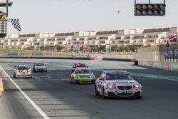 #76 Racingdivas by Las Moras BMW M235i Racing Cup: Liesette Braams, Svera van der Sloot, Gaby Uljee, Max Partl damalı bayrağı görüyor