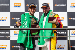 Pódio Geral: vencedor da corrida Abdulaziz Al Faisal celebra com Mohammed Jawa