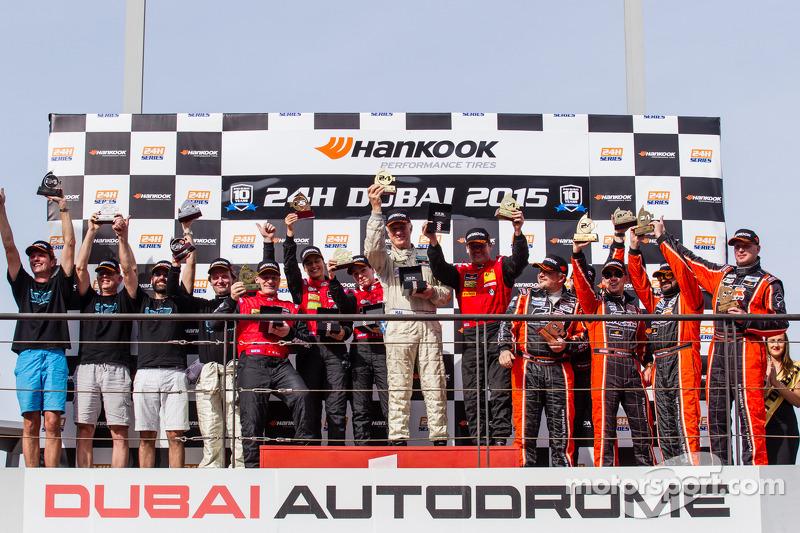 A5 podium: klassewinnaars Bernd Küpper, Martin Kroll, Chantal Kroll, Sarah Toniutti, Hal Prewitt, tw