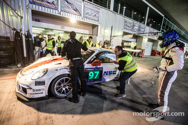 Pits, parada del #97 GDL Racing Porsche 991 Cup: John Iossifidis, Wee Lim Koeng, Michael Spiridenov