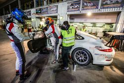 Pit stop untuk #97 GDL Racing Porsche 991 Cup: John Iossifidis, Wee Lim Koeng, Michael Spiridinov,