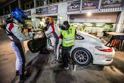Pit stop per # 97 GDL Corse Porsche 991 Cup: John Iossifidis, Wee Lim Koeng, Michael Spiridinov, Mel