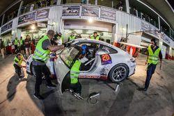 وقفة صيانة للسيارة رقم 97 جي دي أل ريسينغ بورشه 991 كاب: جون إيوسيفيدس، وي ليم كوينغ، مايكل سبيريدين