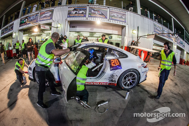 Pit stop for #97 GDL Racing Porsche 991 Cup: John Iossifidis, Wee Lim Koeng, Michael Spiridinov, Melvin Moh