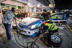 Arrêt au stand : #57 LAP57 Racing Honda Integra Type R: Mohammed Al Owais, Abdullah Al Hammadi, Nader Zuhour, Junichi Umemoto, Rupesh Channake