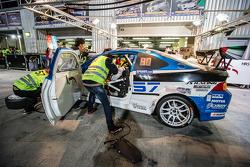Pit stop for #57 LAP57 Racing Honda Integra Type R: Mohammed Al Owais, Abdullah Al Hammadi, Nader Zu